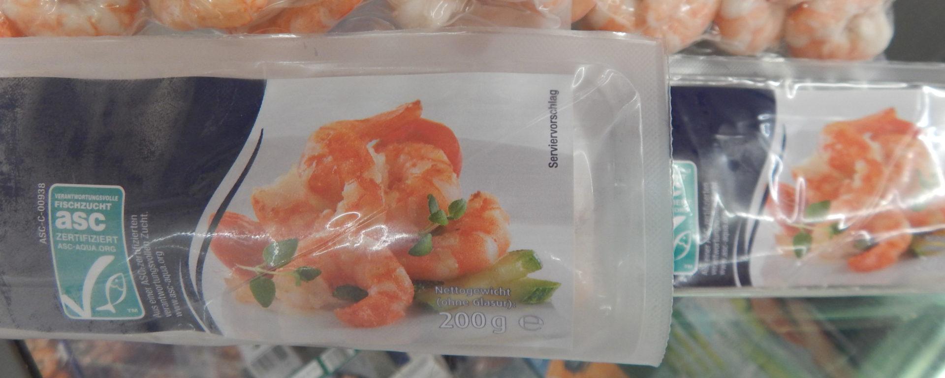 Weit gereist: ASC-zertifizierte Garnelen aus Vietnam in einem deutschen Supermarkt © Anett Keller