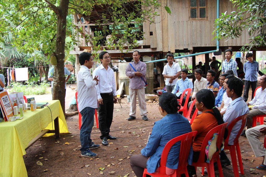 AMRU-Geschäftsführer Song Saran bei einem Treffen mit Reisbäuer*innen © AMRU RICE