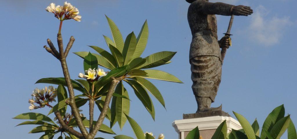 Anuvong hinter Frangipani (dok champa), der laotischen Nationalblume © Oliver Tappe