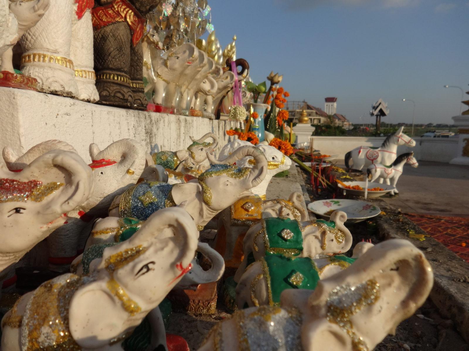 Elefanten- und Pferdestatuen, beliebte Abgaben für Anuvong © Oliver Tappe