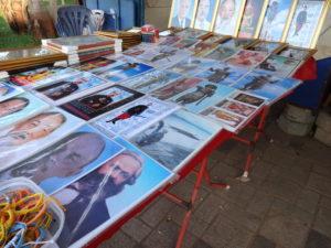 Verkaufsstand mit Postern von Königen und Revolutionären © Oliver Tappe