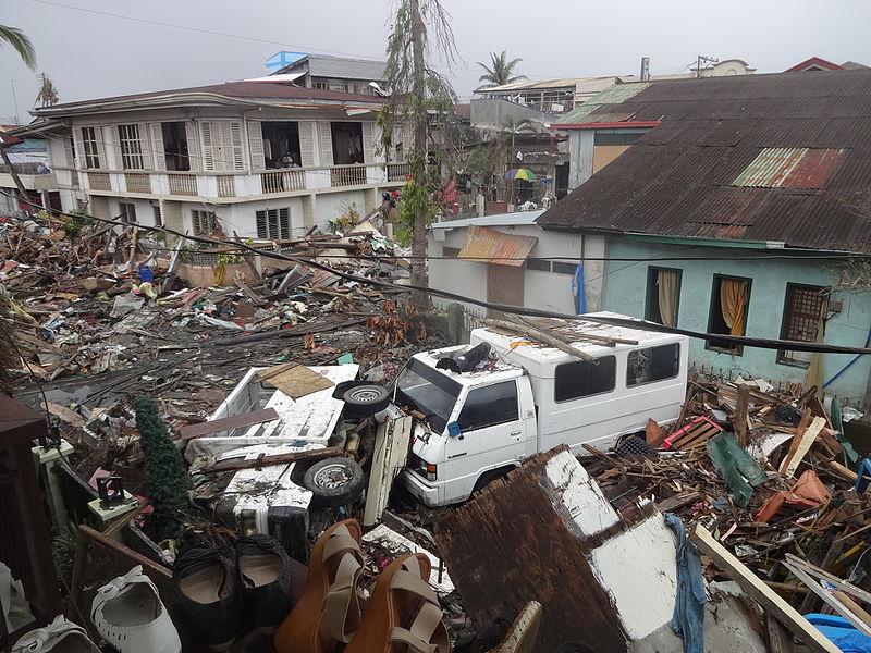 Zerstörung in Basey, Samar, nach dem Taifun Haiyan im November 2013. Überlebende suchten den Kontakt zu verstorbenen Seelen mittels nicht-christlicher Vorbeterinnen, den sogenannten mamaratbats. © Wikimedia