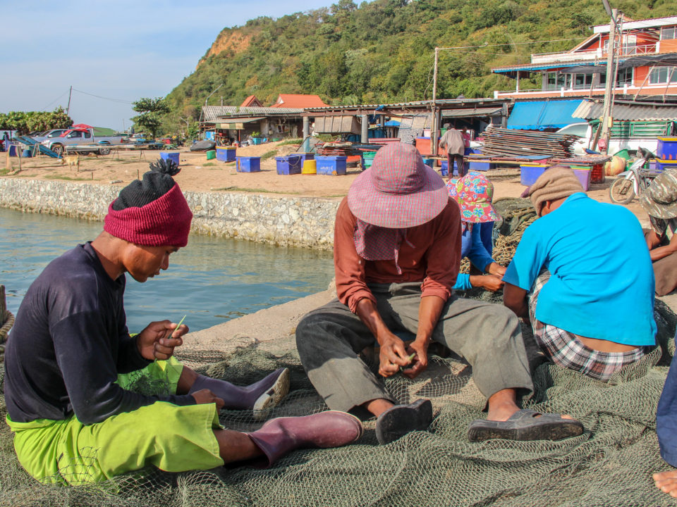 Arbeitsmigrant*innen nähen ein Fischernetz zusammen © Central
