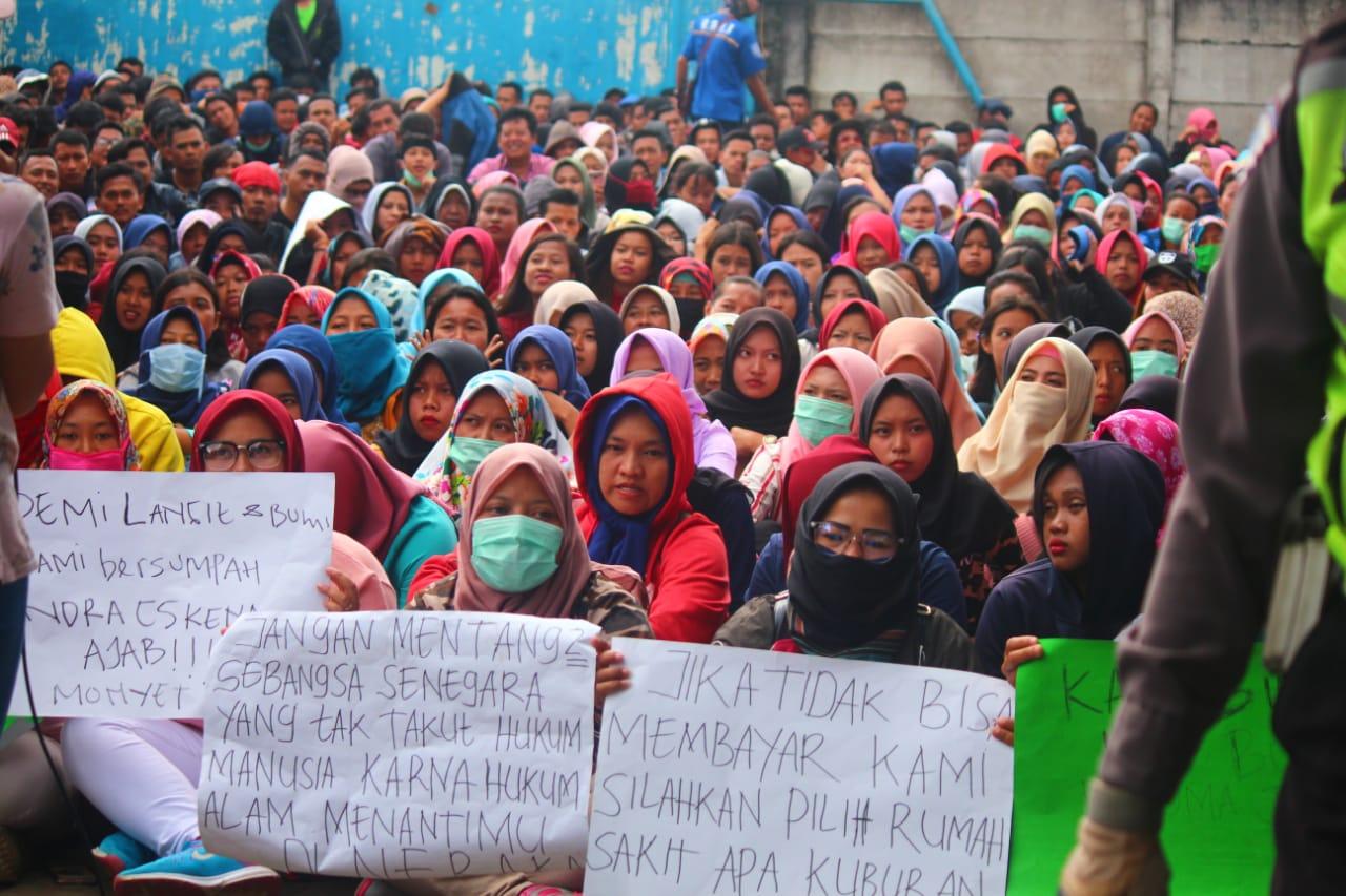 Arbeiterinnen protestieren gegen die Schließung ihrer Fabrik in West-Java, Indonesien, Januar 2019 © GSBI Sukabumi
