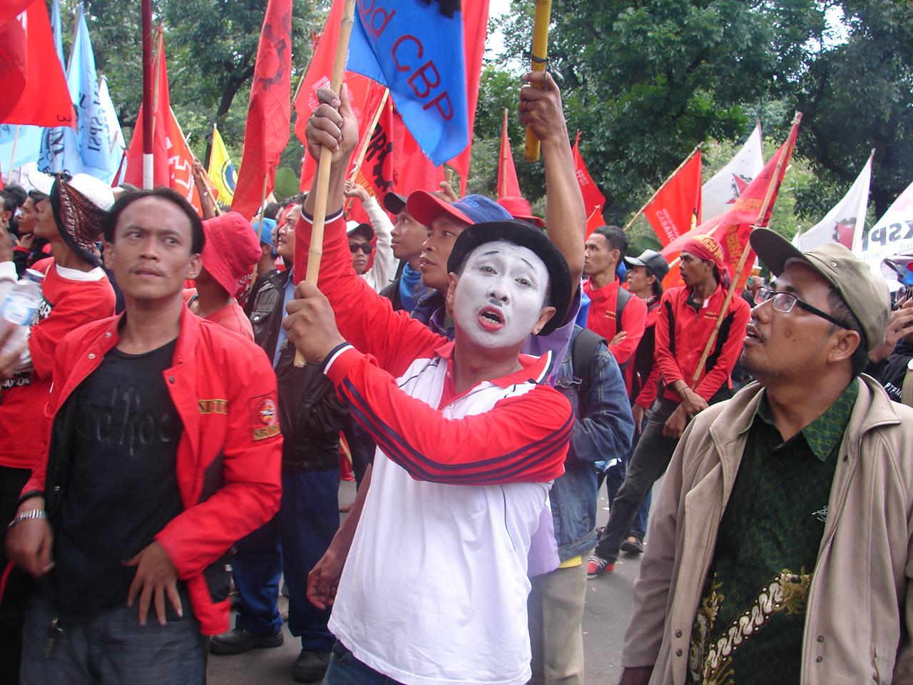 Indonesien: Arbeiter*innen fordern das Ende von Outsourcing Praktiken. Protest vor dem Büro des Gouverneurs von Jakarta während des Generalstreiks von 2013 © LIPS – Sedan Labour Information Centre