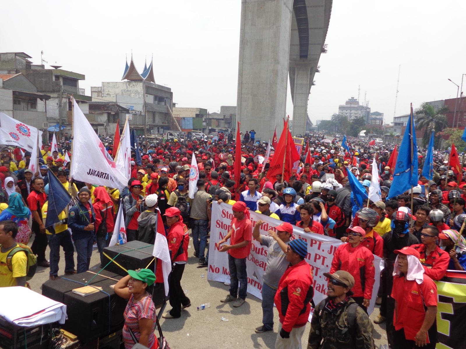 Indonesien: Während des Generalstreiks 2013 versammeln sich tausende von Arbeiter*innen aus den Industriebezirken Nordsumatras an Jakartas Hafen und Logistikzentrum Tanjung Priok © LIPS – Sedane Labour Information Centre