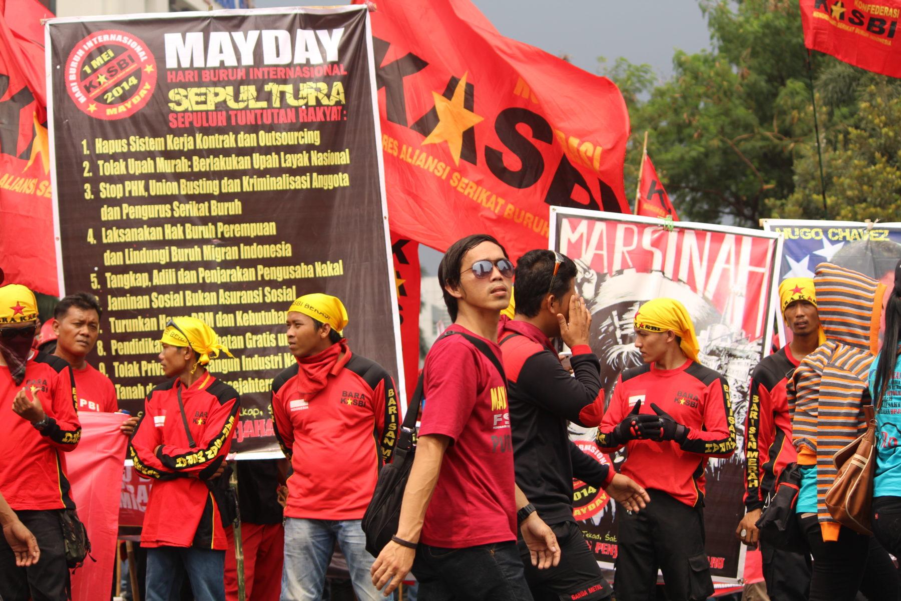 Indonesien: Erster Mai Demonstration in Jakarta. Zehntausende versammeln sich am Verkehrskreis Hotel Indonesia, ein beliebtes Wahrzeichen für Protestierende in Indonesien, 2014 © LIPS - Sedane Labour Information Centre