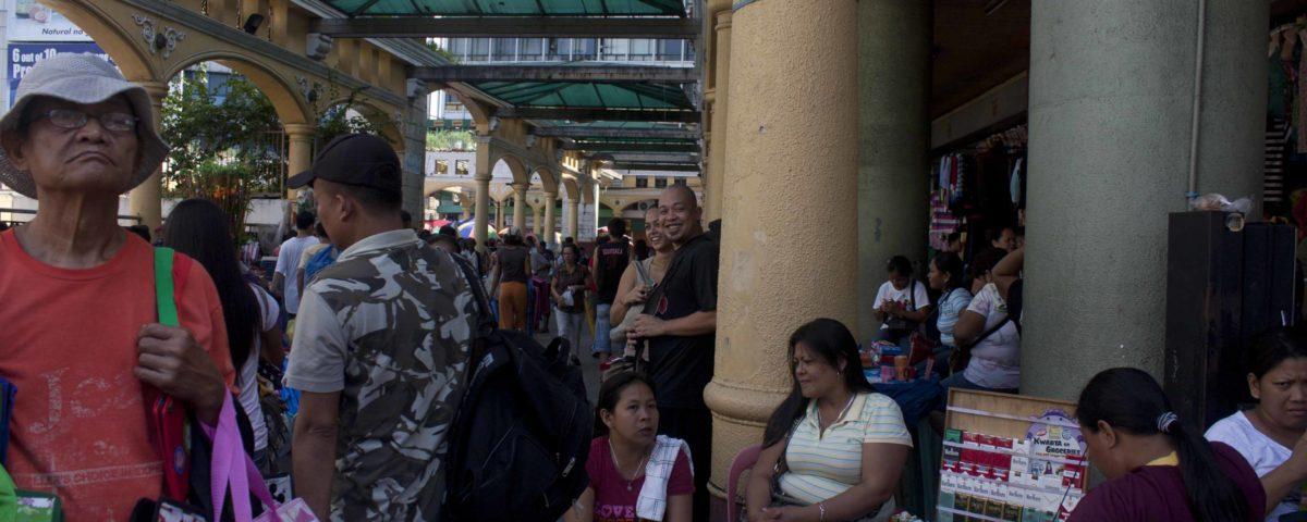 Frauen verdienen weniger als Männer und schultern die Mehrfachbelastung von Familie, Haushalt und Lohnarbeit: Tabakverkäuferin in Manila. © Lilli Breininger