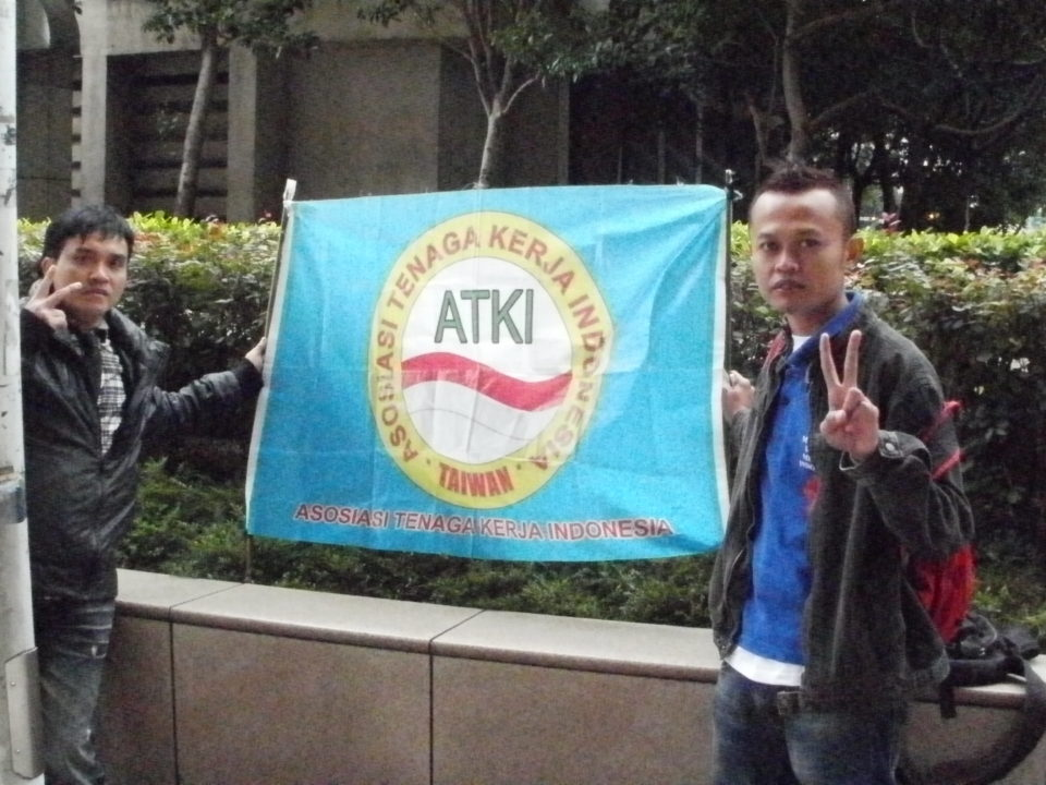 Ein indonesischer Arbeiter*innenverein zeigt Flagge am Hauptbahnhof in Taipeh © Petra Melchert
