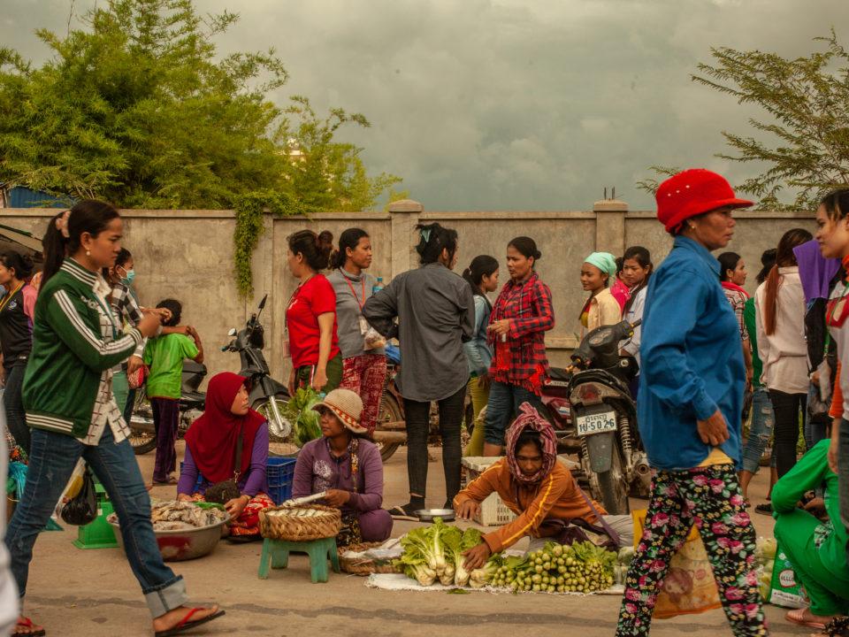 Einkaufen auf dem lokalen Markt nach Schichtende © Central