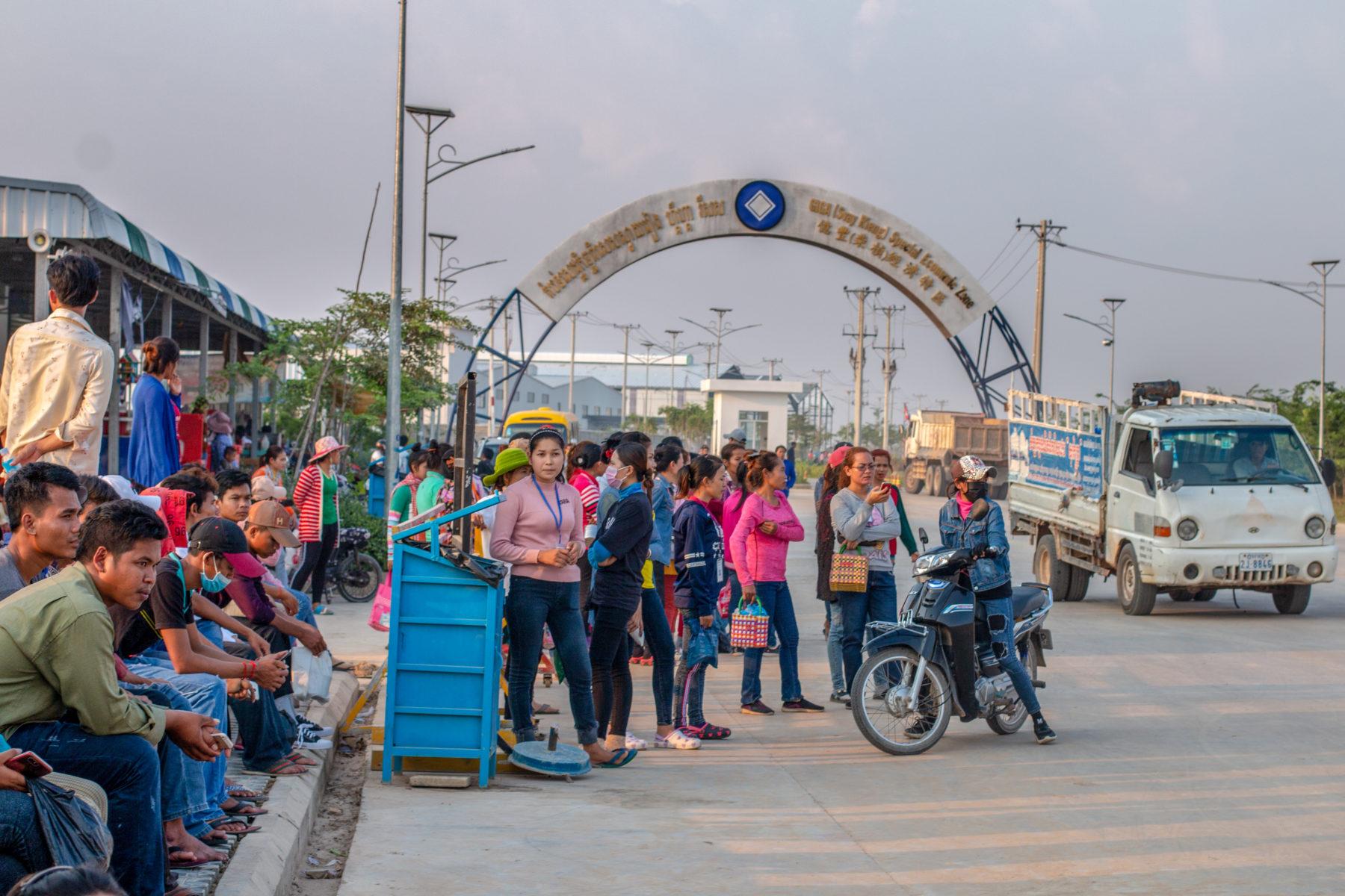 Nach Feierabend warten die Beschäftigten auf den Rücktransport © Central