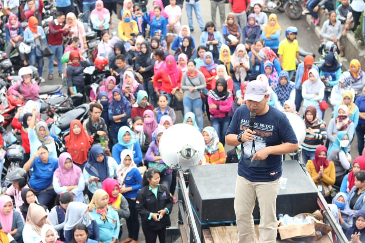 Im Oktober 2018 blockierten Arbeiter*innen eine Straße in Purwarkata, West-Java, nachdem eine Fabrikschließung angekündigt worden war © FSPMI