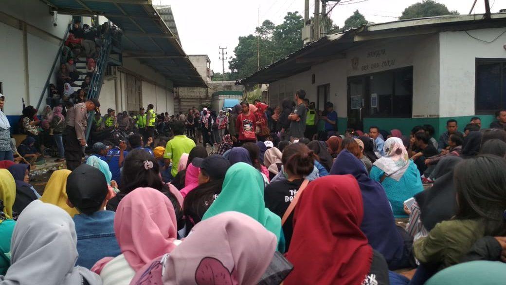 Nachdem Arbeiter*innen 2 Monate kein Lohn gezahlt wurde, besetzten sie am 25. Januar 2019 das Fabrikgelände von PT Sentosa Utama Garmindo in Sukabumi © GSBI