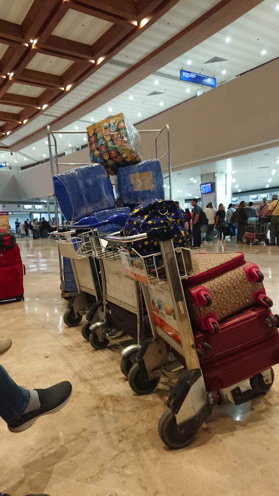 Sogenannte Balikbayan Boxes von Arbeitsmigrant*innen am Flughafen von Manila © Mirjam Overhoff