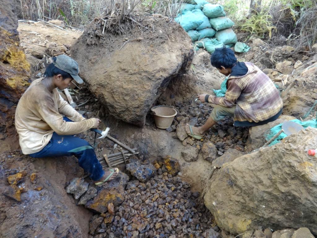 Informeller Bergbau in den alten Kolonialminen, 2019 © Oliver Tappe