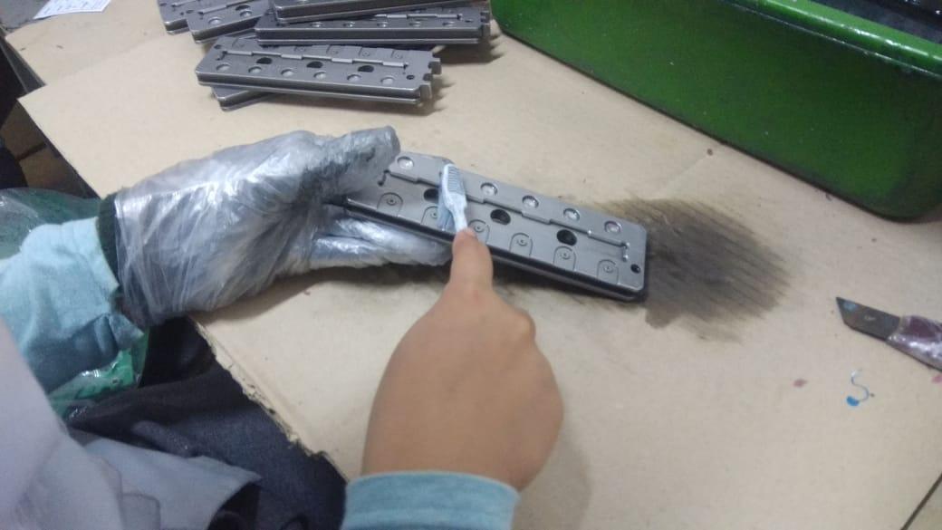 Reinigung eines Werkzeugs für die Produktion elektronischer Komponenten mit chemischen Mitteln mit starkem Geruch und gesundheitsschädigender Ausdünstung © LIPS