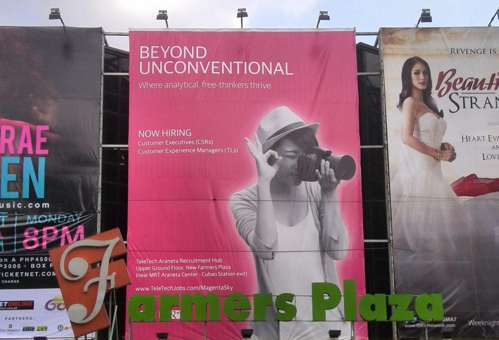 Telekommunikationsunternehmen werben mit riesigen Plakaten für Jobs in ihren Callcentern © Niklas Reese