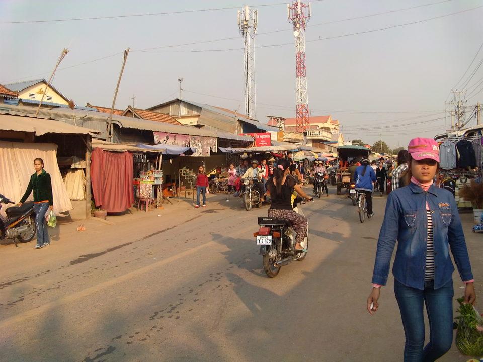 Am späten Nachmittag und Abend füllen sich langsam die Straßen Phnom Penhs mit Arbeiter*innen, Kambodscha 2018 © Anonym