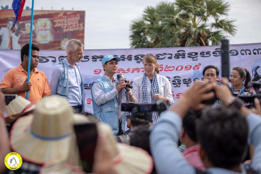 Die UN-Menschenrechtsbeauftragte für Kambodscha, Rhona Smith (Mitte), ließ es sich auch nicht nehmen, ein paar Worte an die Menge zu richten © Central