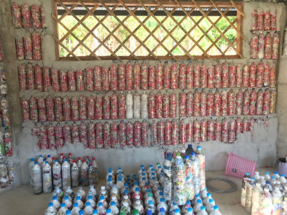 Ecobricks aus Plastikmüll und Wasserflaschen © Chaiyuth Lothuwachai