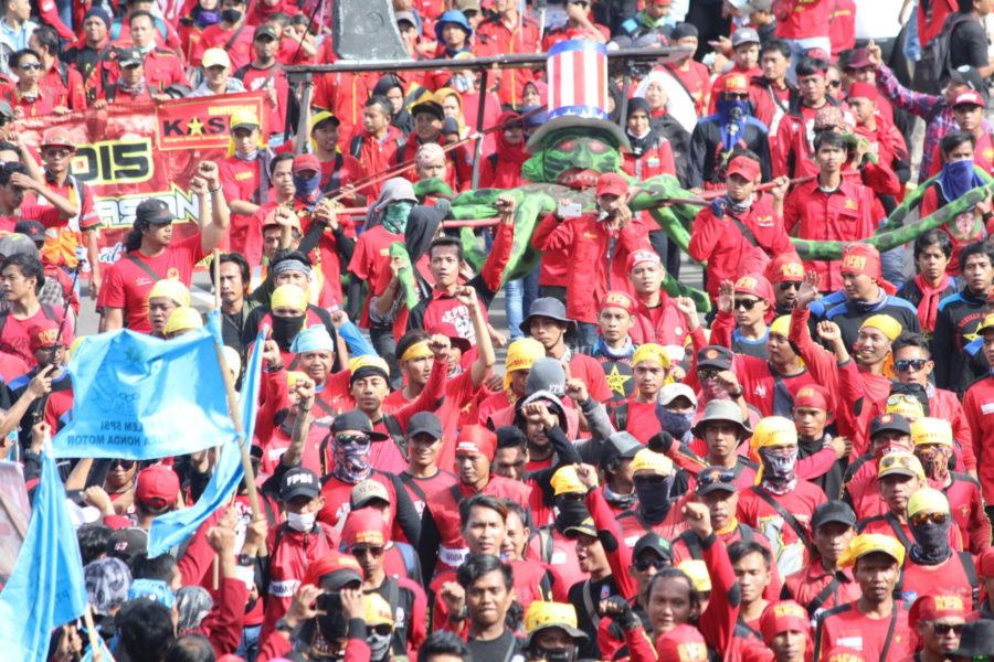Ein Riesenkrake symbolisiert den Kapitalismus (= US-Imperialismus?) mit vielen Tentakeln. Hier im Block der Gerakan Buruh untuk Rakyat (Gebrak – Arbeiterbewegung für das Volk) in der Ersten Mai Demonstration in Jakarta © Dina Septi Utami/LIPS