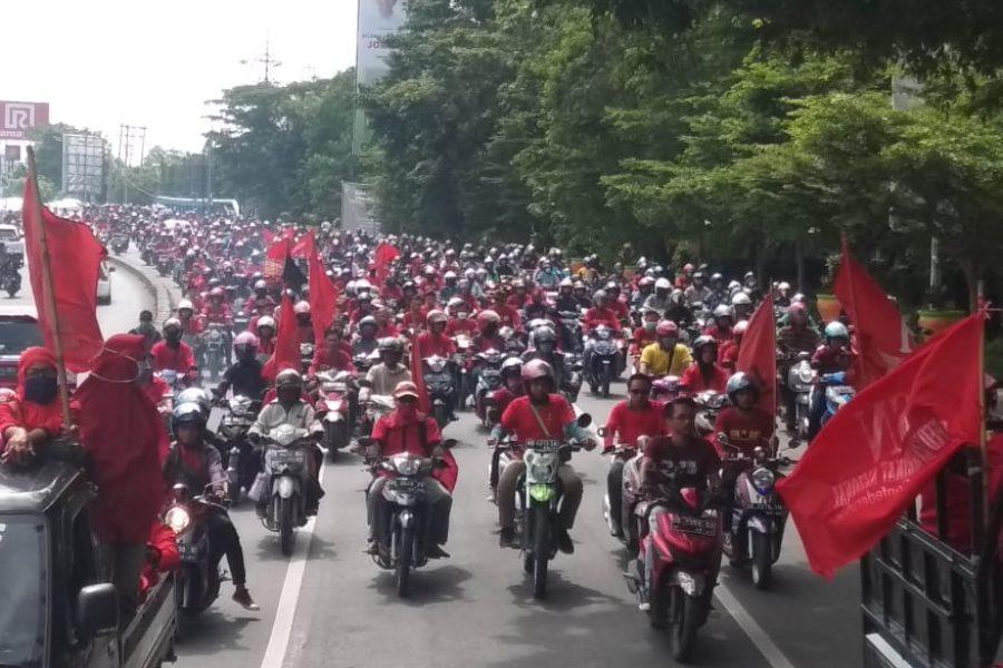 Einige hundert Arbeiter*innen vom Nationalen Arbeiter Kampfbund (FFBN-KSN) starteten mit Motorrädern aus verschiedenen Industriezonen von Makassar, Süd Sulawesi, um an der 1. Mai- Kundgebung teilzunehmen. © FFBN-KSN, 2019