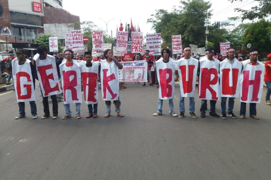 Aliansi Gerak Buruh (Arbeiter*innenbewegung) ist ein Bündnis von Arbeitergruppen und anderen sozialen Bewegungen in Sulawesi, die für Arbeiterrechte eintritt. Hier demonstrieren sie am 1. Mai in Makassar. © FFBN-KSN, 2019