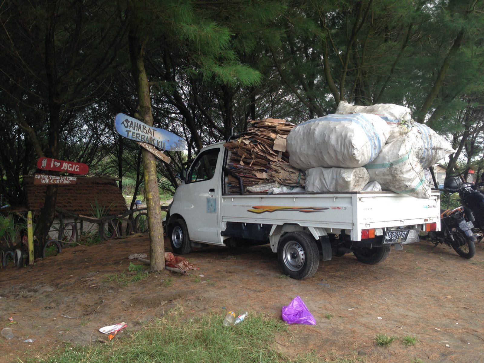 Truck, der den Abfall zum Müllunternehmer bringt © Lena Keller-Bischoff