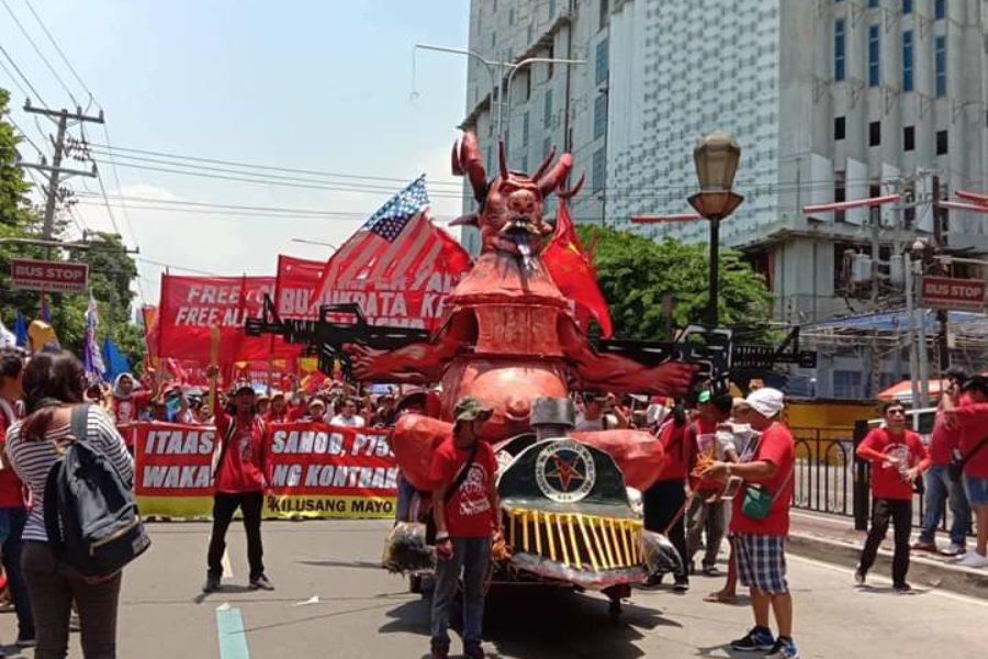 1. Mai in Manila: Pappmaché-Figur von Präsident Duterte als Monster © Levinia Francisco