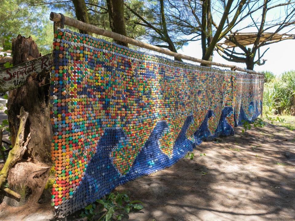 Kunst aus Plastikdeckeln © Rüdiger Bischoff