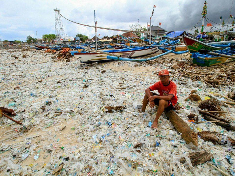 Der Kerobokan Strand in Bali zur Regenzeit: eine Flut an (Plastik-) Müll © ROLE Foundation