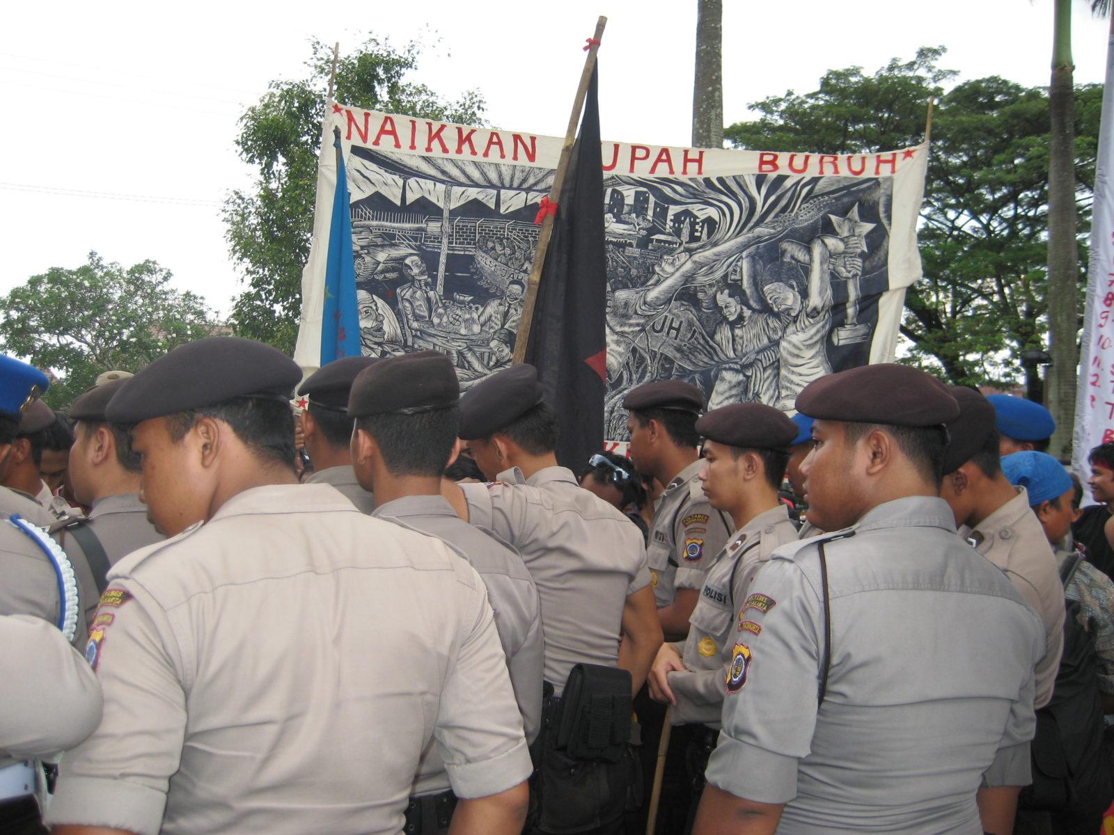 Poster des Künstlerkollektivs Taring Padi mit der Forderung nach Lohnerhöhungen für Arbeiter*innen bei 1. Mai Demo in Yogyakarta (2008) © Taring Padi