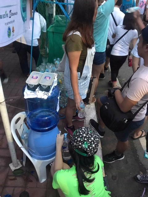 Wasserzapfen beim Stand der Sinulog Refill Revoultion © Alieth Bontuyan
