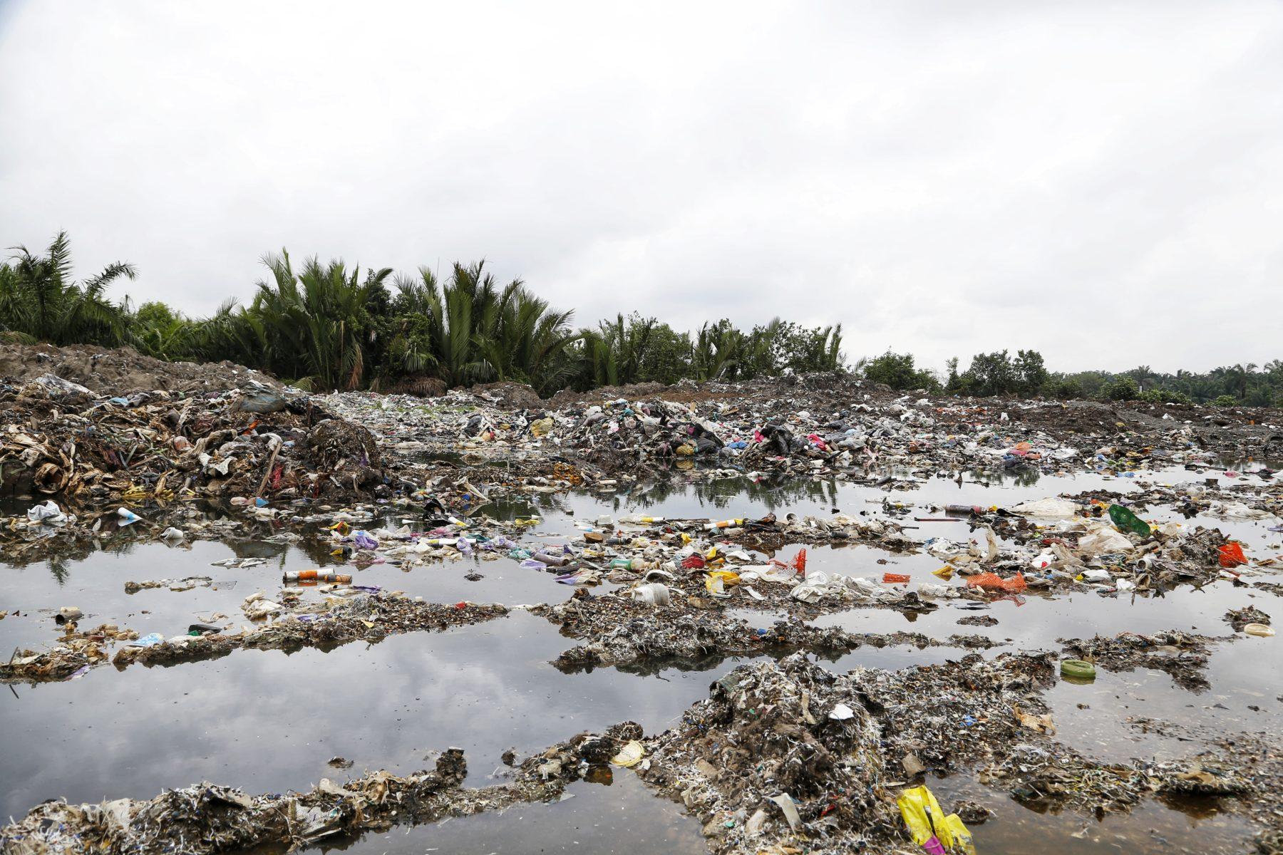 Plastikmüll vor einer Palmölplantage © Greenpeace Malaysia