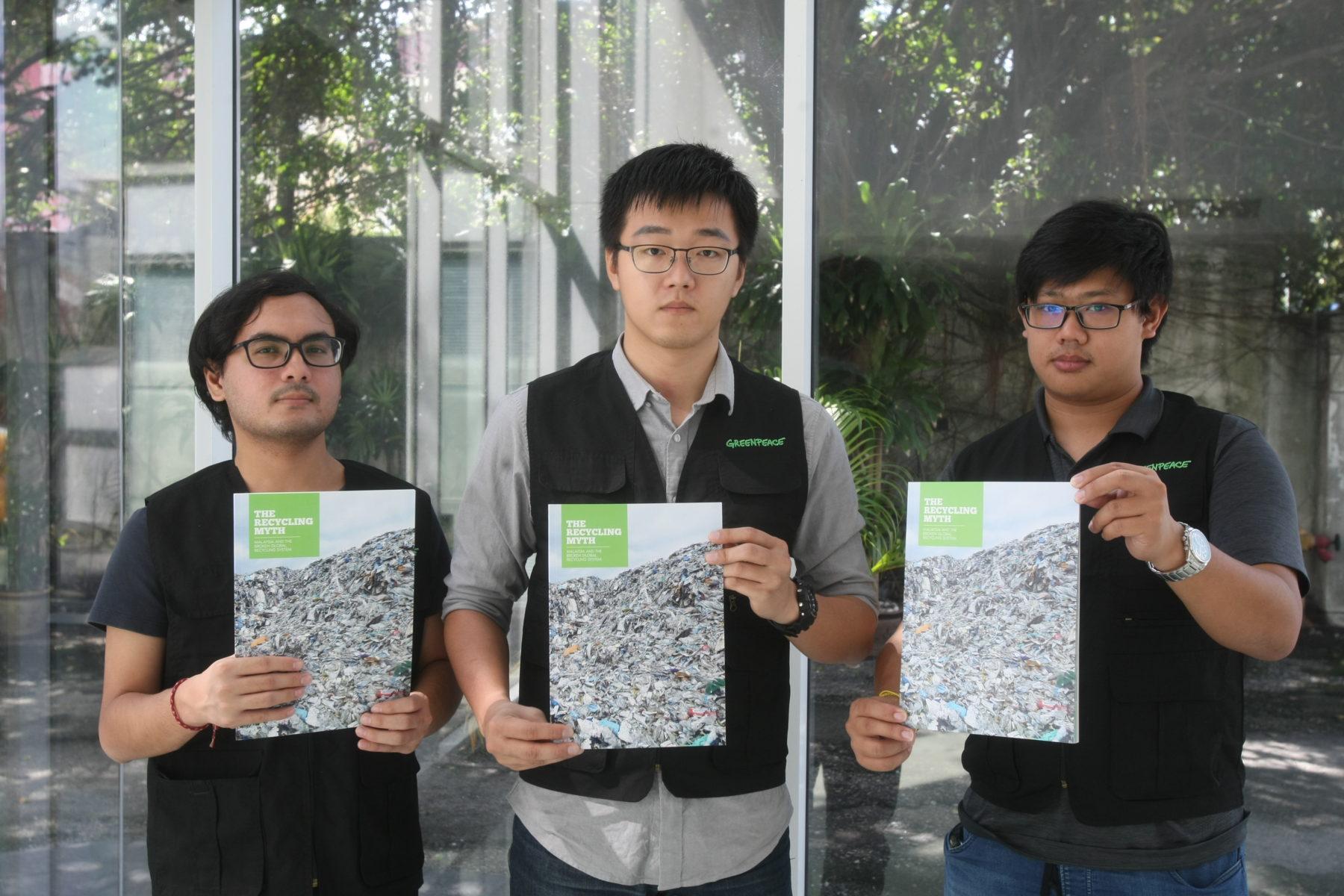 Die Greenpeace-Aktivisten Farhan Nasa, Heng Kiah Chun und Tan Wei Kiat (v. links) © Greenpeace Malaysia