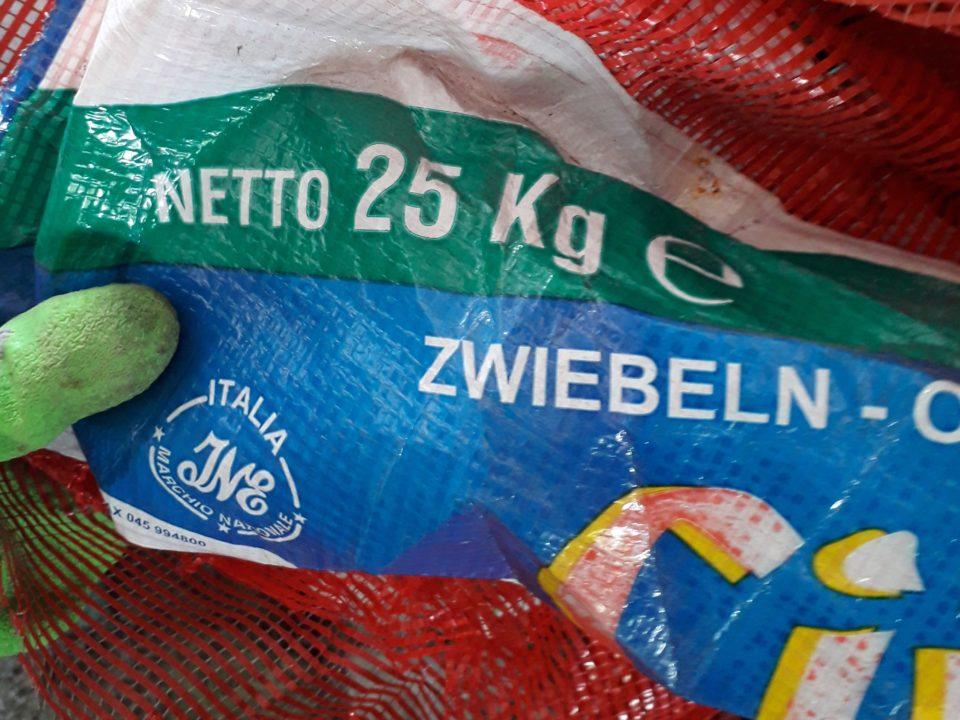 Diese ausgediente Zwiebel-Plastikverpackung wurde nicht in Deutschland gefunden, sondern in Malaysia, wo 2018 mehr als zehn Prozent des globalen Plastikmülls landeten © Janis Wicke