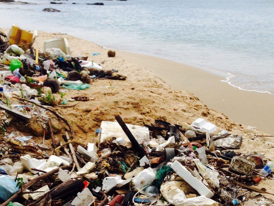 Die Verschmutzung von Stränden (hier: Sao Beach) mit Plastikmüll ist ein großes Problem für die Umwelt © Johanna Kramm
