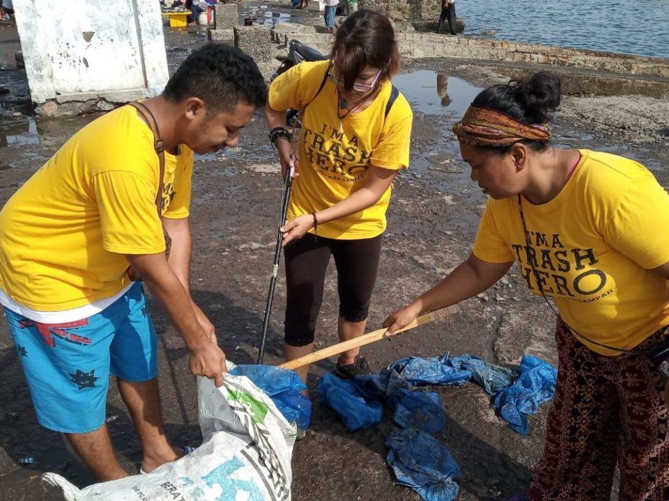 Bei einem Clean-Up Event befreien die Trash Heros den Strand von Maumere von Plastikmüll © Kristian Gäckle