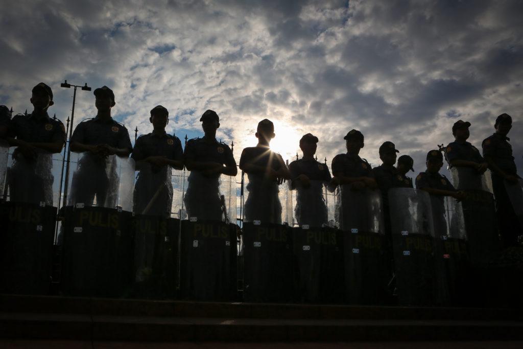 Polizisten bei der Demonstration zum 46. Jahrestag des Kriegsrechts in Luneta, Manila © Raffy Lerma