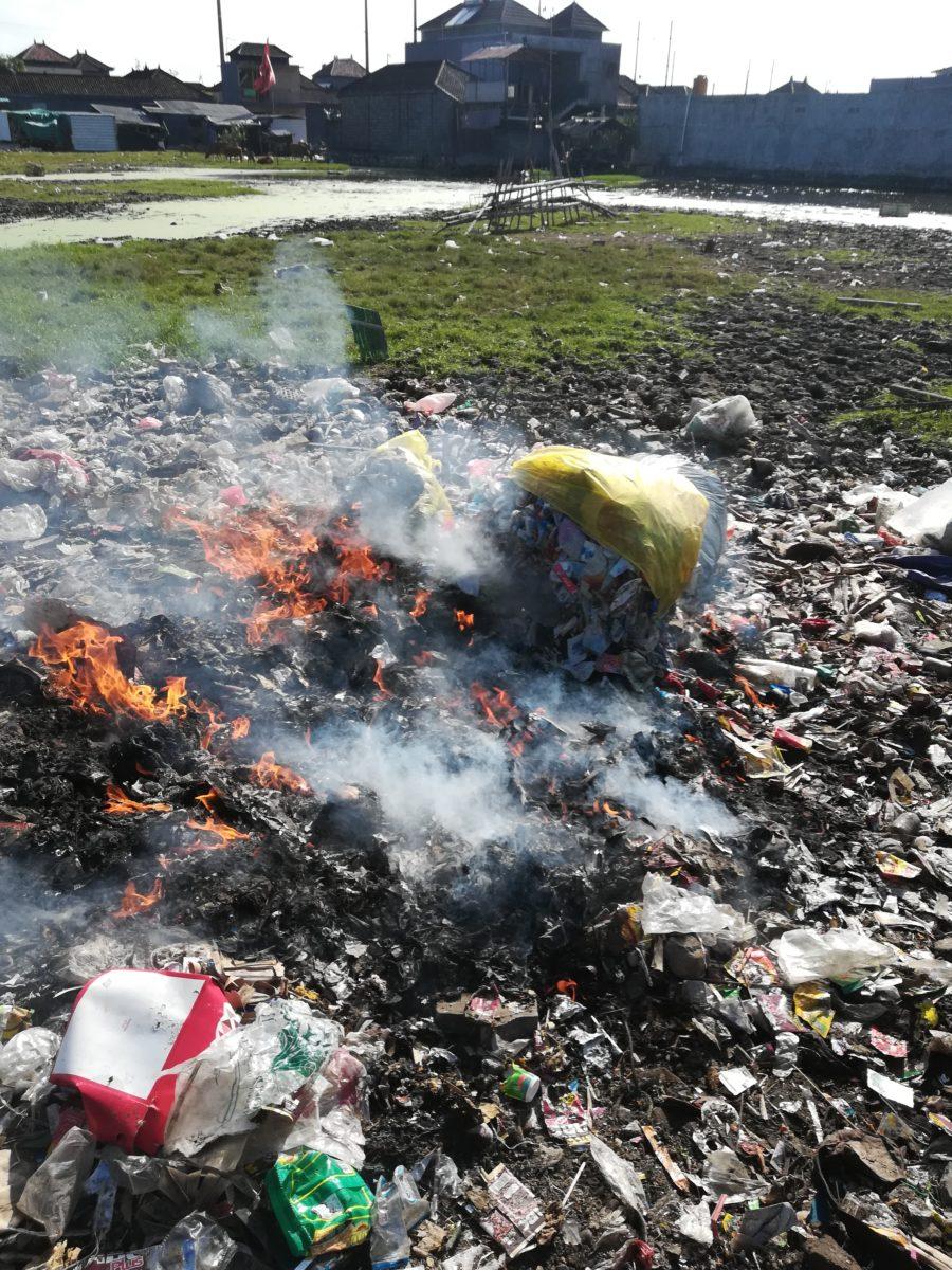 Ein unkontrolliertes Verbrennen von Plastikabfällen ist Umwelt- und gesundheitsschädigend © Svenja Hübinger
