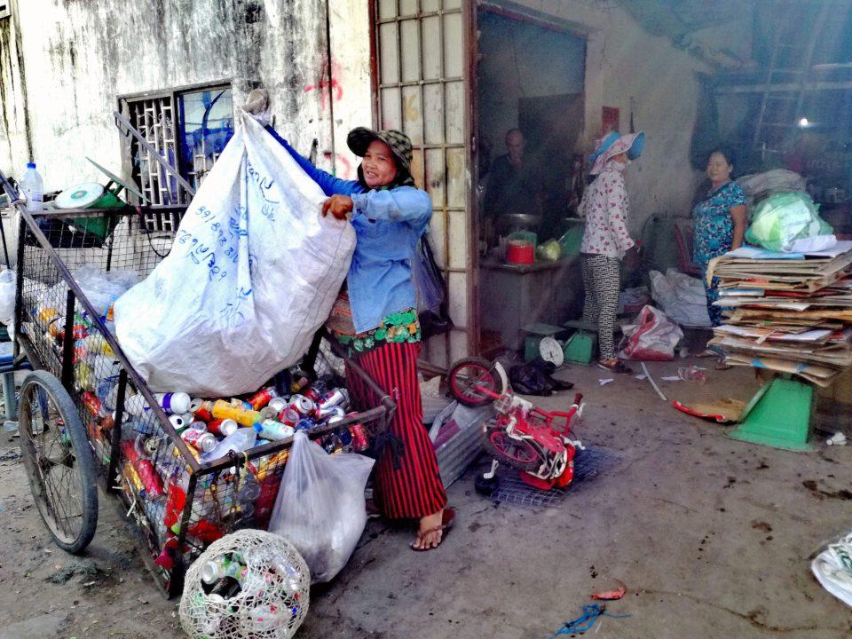 Sombo beim Sortieren des gesammelten wiederverwertbaren Abfalls in 'ihrem' Depot © Kathrin Eitel