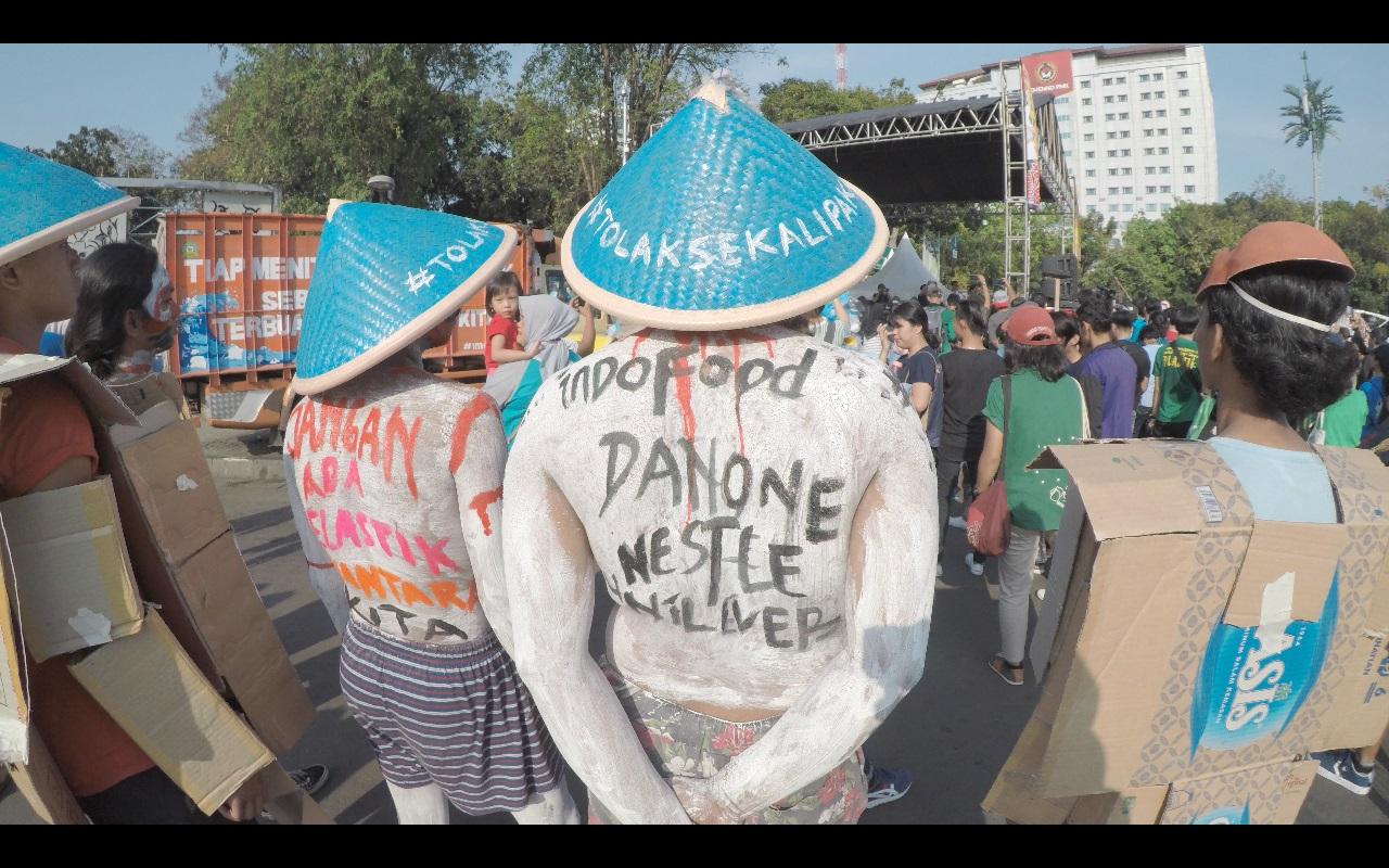Jakarta: Bei einer Demo gegen Einwegplastik werden die großen Plastikproduzenten beim Namen genannt © Watchdoc