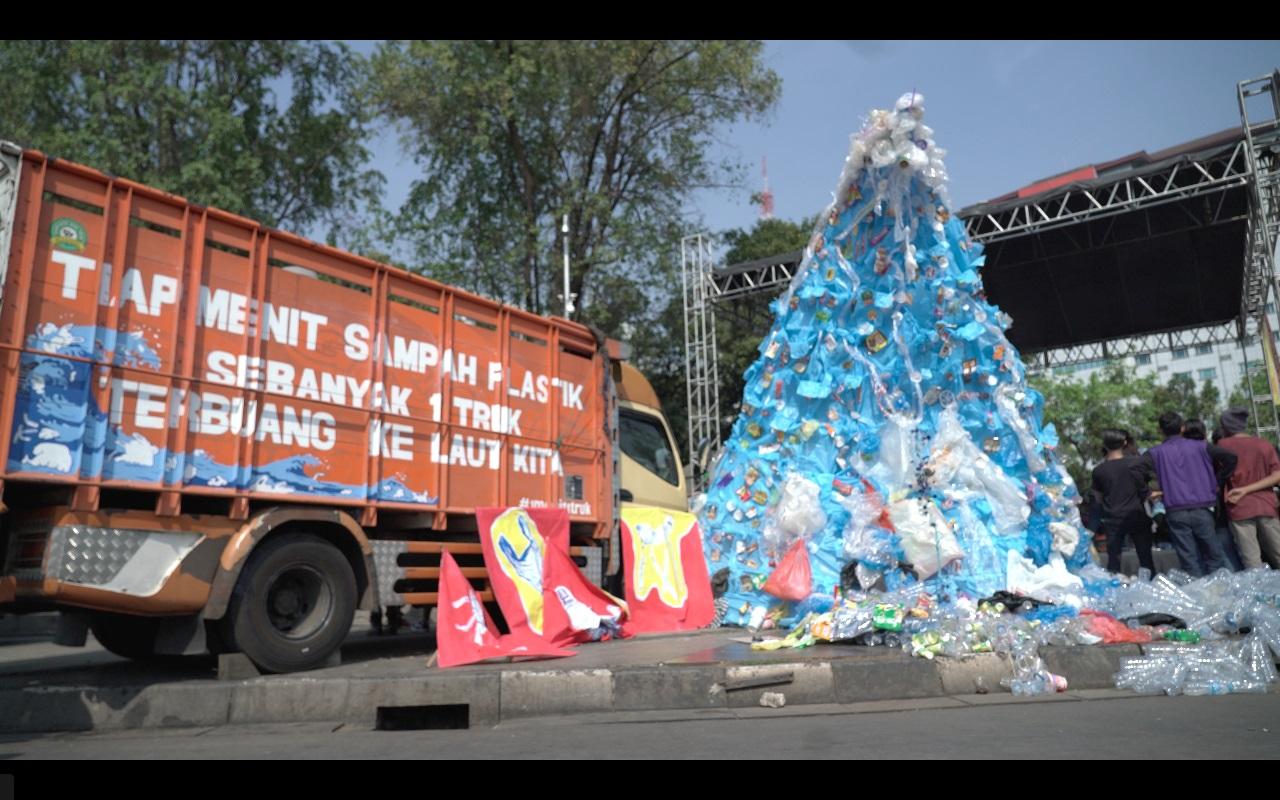 Proteste gegen Plastikmüll in der indonesischen Haupstadt Jakarta. Aufschrift am Lastwagen: Jede Minute wird ein Lastwagen voll Müll in unseren Meeren entsorgt © Watchdoc