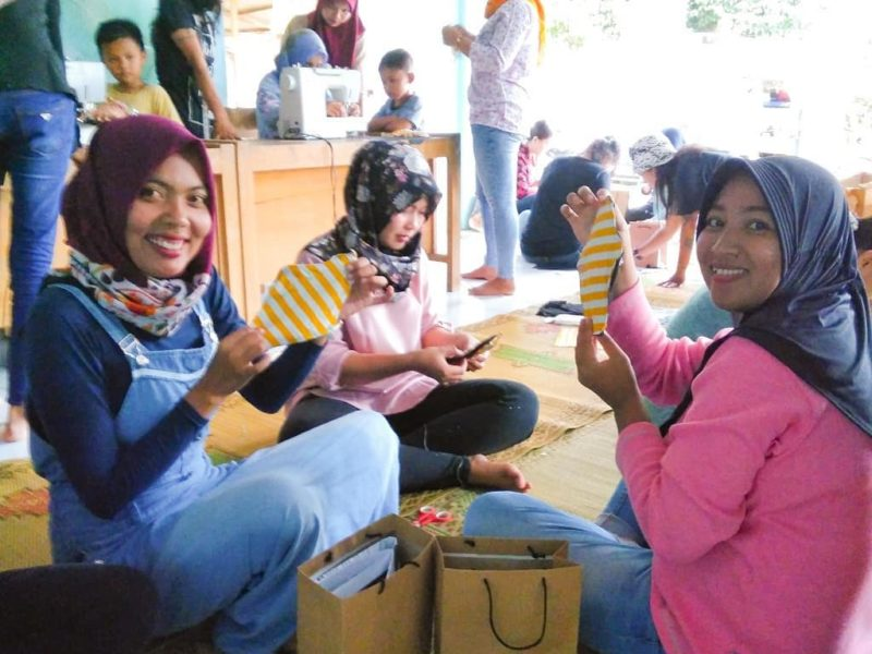 """<p style=""""text-align: center"""">Foto 4 von 6<br>Teilnehmer*innen eines Workshops zum Nähen von waschbaren Monatsbinden © Biyung/NNB</p>"""