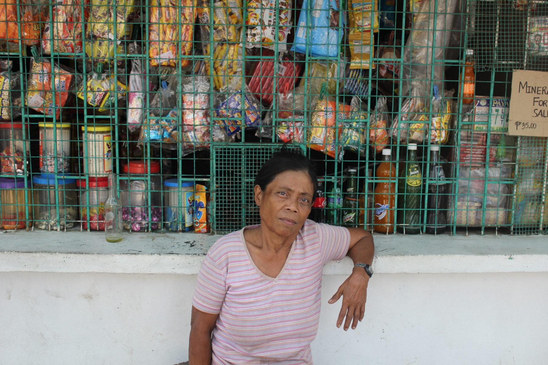Ehemalige Müllsammlerin Violette vor einem SariSari Store © Mirjam Overhoff