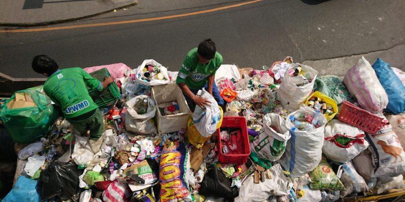 Foto 3 von 3:<br>Mitarbeiter der städtischen Müllabfuhr in Quezon City sortieren den gesammelten Müll © Mirjam Overhoff