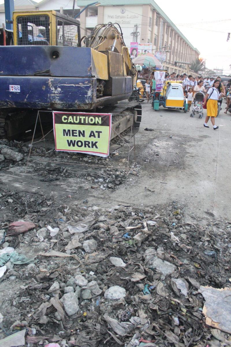 Bei Straßenbauarbeiten im Baseco Compound kommt der Müll vergangener Tage zum Vorschein © Mirjam Overhoff