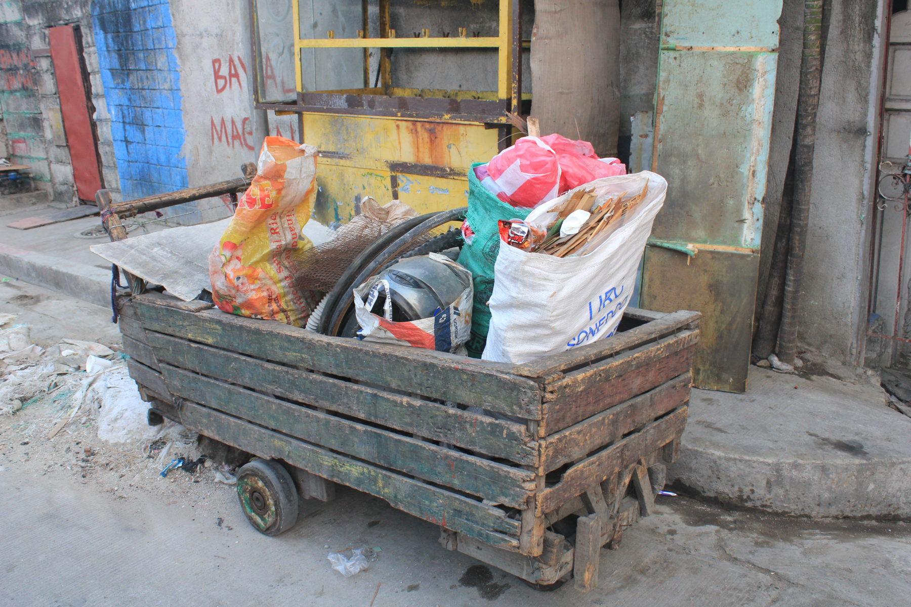 Handkarren von Müllsammler*innen im Baseco Compound © Mirjam Overhoff