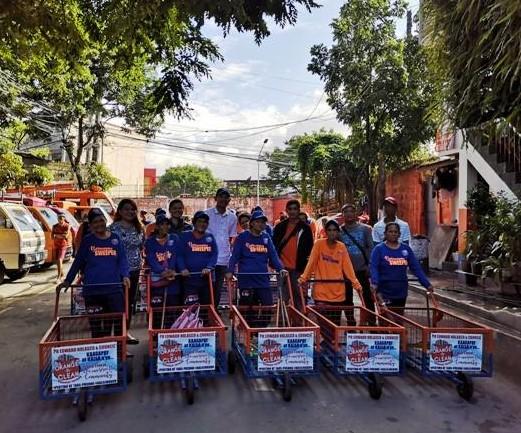 Mitarbeiter*innen sammeln Müll in Barangay Potrero Malabon City © Mother Earth Foundation