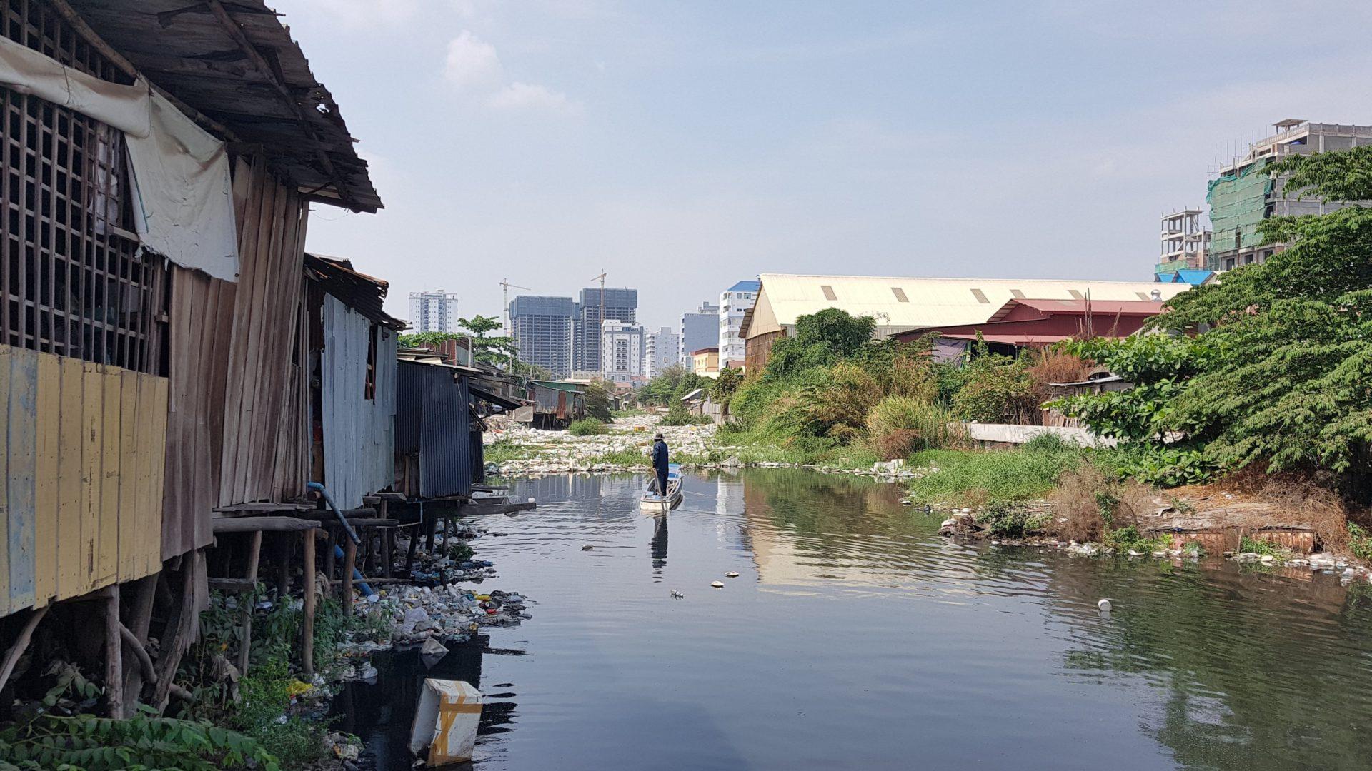 Der 'schwarze Kanal' in Phnom Penh © STT